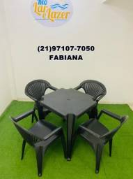 Mesa com 4 cadeiras de plástico com braço