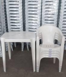 Título do anúncio: Conjunto com Mesa e Cadeiras Plásticas