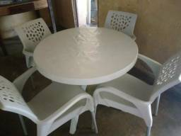 Mesa redonda de ótima qualidade