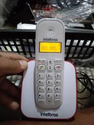 Telefone sem fio e telefone de parede.