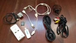 Conjunto de fios, cabos, adaptadores, fones, carregadores e etc
