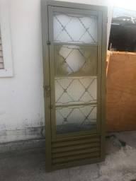 Ótima porta, com janela embutida. sem portal