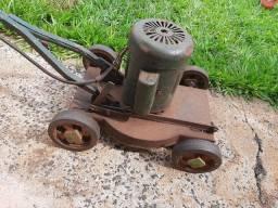 Aparador de grama (carrinho)