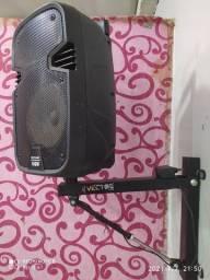 Caixa de som amplificada com suporte de parede.
