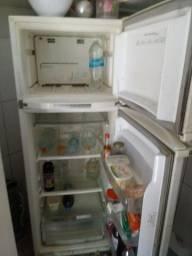 Geladeira, freezer e fogão.