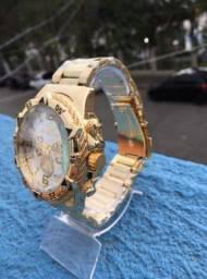 Relógio Masculino Dourado Invicta Fundo Branco