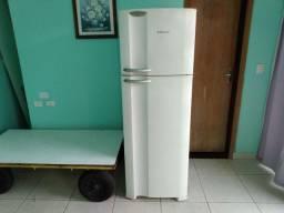 Vendo uma geladeira Eletrolux em ótimo estado de conservação