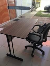 Mesas e cadeira de escritório