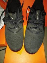 Sapatos da Nike no momento sob tenho o preto e o cinza