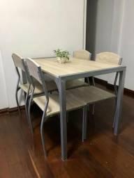 Mesa de jantar de madeira e 4 cadeiras