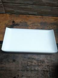 Pratos plásticos compridos nas cores preto e branco