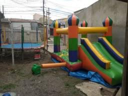 Castelo inflável e pebolim