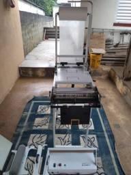 Máquina de fazer fraldas, e máquina de embalagem