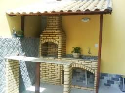 Churrasqueira com pia tijolo branco boleado e telhado colonial