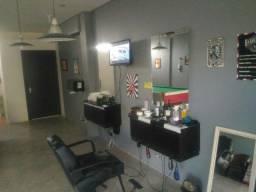cadeira de barbeiro e duas bancadas