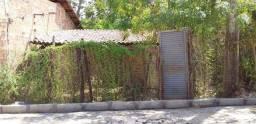 Terreno com casa de taipa