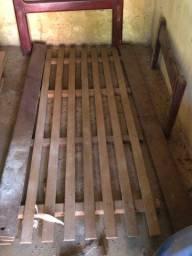 Vendo cama de solteiro de madeira BOA