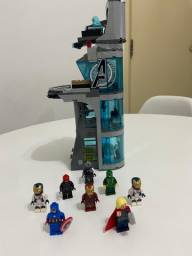 Lego torre com personagens