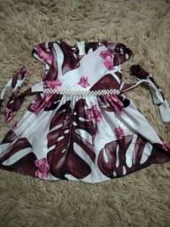 Lindo vestido floral com pérolas