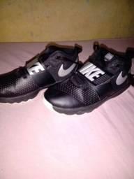 Tênis  da Nike team hustle d8 tamanho 39
