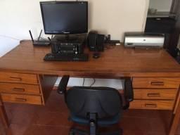 Mesade escritório, cadeira executiva giratória, computador completo