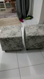 Mesa e cardeiras de plástico com guarda sol e dois puffvendo os dois por 250
