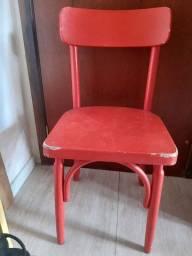 Jogo de cadeiras em madeira na cor vermelha modelo Hoppy Bar da Finemóveis.