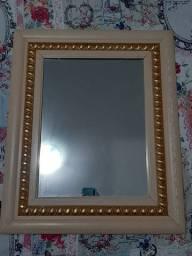 Espelho com moldura.