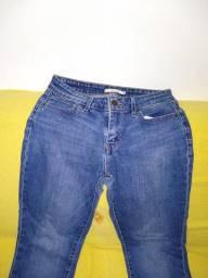 Calça jeans reta Levis tamanho 28 (corresponde ao 36/38 brasileiro).