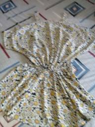 Vestido florido, com redutor na cintura, em forma de um  cinto...
