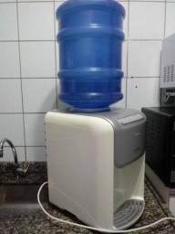 Bebedouro de água natural e gelada.