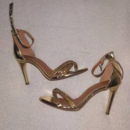Sandália dourada de festa