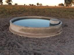 Bebedouro de concreto e cimento para gado. Reservatório e tanque de concreto para água