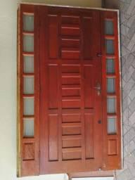 Porta completa em madeira maciça, acabamento em vidro