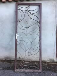 Portão de aço sem pintura com detalhes para vidros (Seminovo) - Tamanho: 225x85 cm