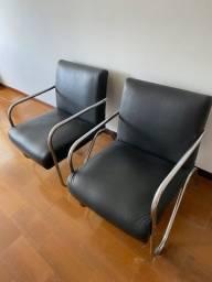 Poltrona pretas de couro sintético - duas