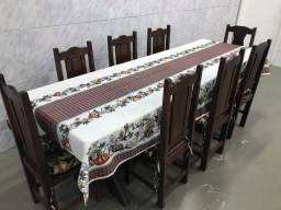 Mesa madeira maciça com 8 cadeiras.
