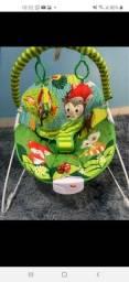 Cadeirinha de bebê com móbile