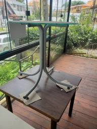 Jogo de mesas e cadeiras