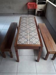 Mesa com ladrilho de cedrinho com dois bancos