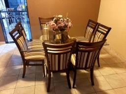 Mesa com 8 cadeiras.