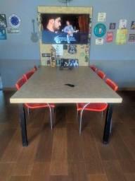 Mesa com painel integrado