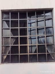Vendo uma porta de ferro e janelas