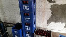 Engradados e garrafas de cerveja e refrigerante.