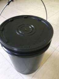 Baldes plásticos de 20 litros pretos