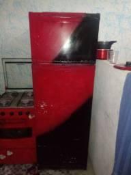Vendo uma geladeira e um fogao