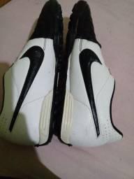 Chuteira da tiempo Society da Nike preta e branca