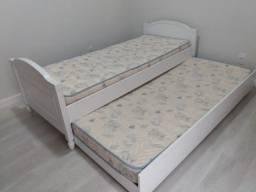 Cama de solteiro estilo provençal com cama auxiliar