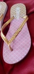 Lindas chinelas de conchas douradas