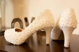 Sapato branco de noiva em renda e pérolas